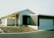 鉄骨造りの平屋の家