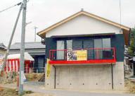 赤いバルコニーの家